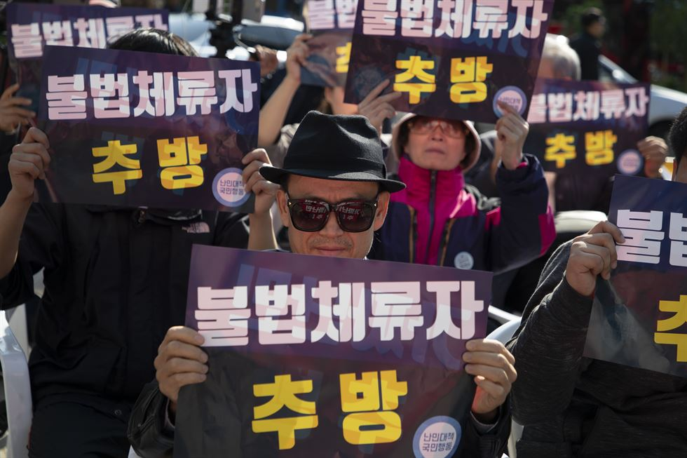 Migrant workers rally in front of Seoul Finance Center in downtown Seoul, Sunday. Korea Times photo by Choi Won-suk