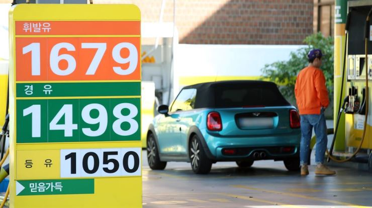 A car is fueled up at a local gas station in Seoul, Sunday. According to the Opinet, a gas price posting provider serviced by the Korea National Oil Corp., the nation's average gasoline price stood at 1,686.3 won ($1.49) per liter on the third week of October, up 11.3 won from a week earlier. Due to mounting tension in the Middle East amid U.S. conflict with Iran, Korea's gas price has continued its uptrend for 16 weeks since July. / Yonhap
