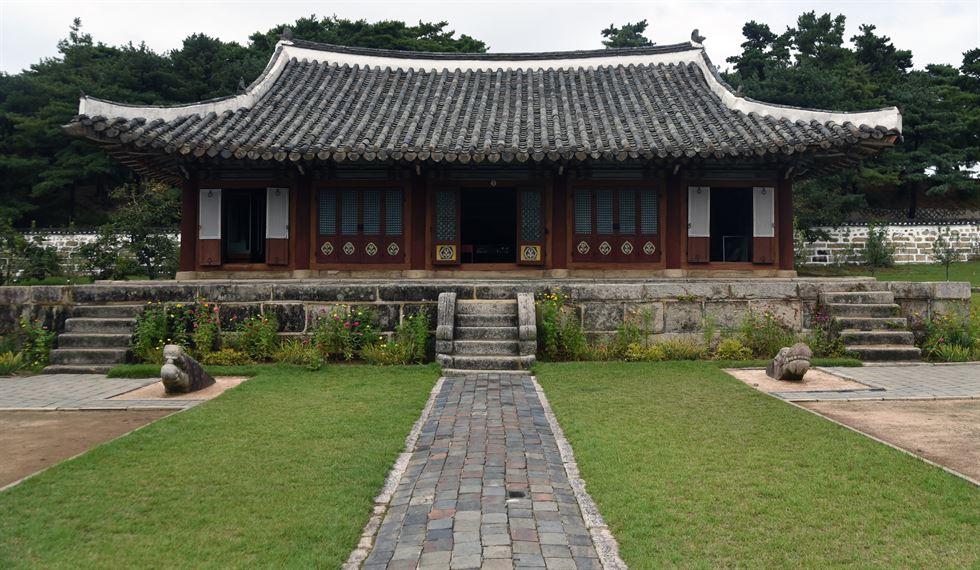 This building, identified as part of the Koryo Sungkyunkwan Academy, opened in 2012 next to the historic site of Koryo Sungkyunkwan in Kaesong. / Jon Dunbar