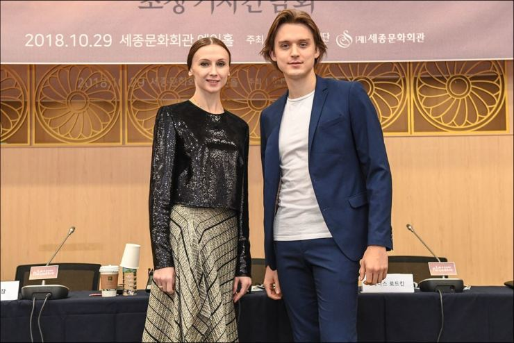 Svetlana Zakharova, left, and Denis Rodkin pose for a photo during a press conference for ballet 'La Bayadere' at Sejong Center for the Performing Arts, Monday. Courtesy of Sejong Center for the Performing Arts
