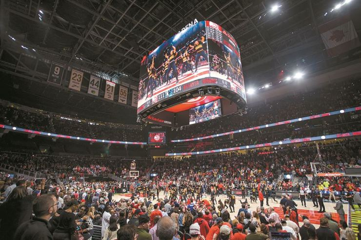 A 360-degree LED screen installed by Samsung Electronics is seen at the State Farm Arena in Atlanta, a home arena for the Atlanta Hawks of NBA basketball team, in this photo provided by the firm, Sunday. / Courtesy of Samsung Electronics