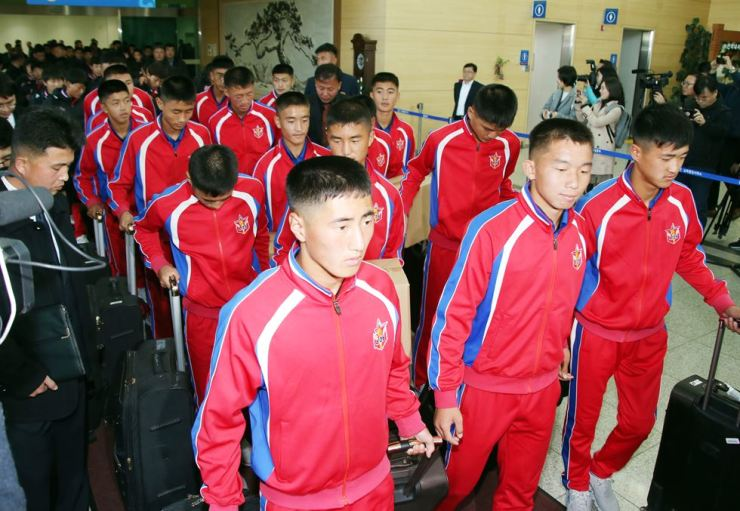 North Korean football players competing in the 5th Ari Sports Cup U-15 international football tournament arrive in South Korea through the customs, immigration and quarantine office at Dorasan Station in Paju, Gyeonggi Province, Oct. 25. Yonhap