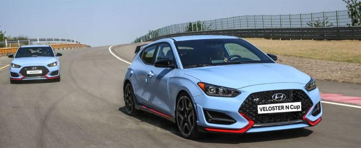 The Hyundai Motor Veloster N high-performance hatchbacks run on a circuit in this file photo. The carmaker will allow entry-level racers to participate in the Veloster N Cup which will be held in 2019. / Courtesy of Hyundai Motor