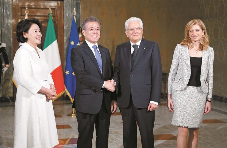 President Moon Jae-in shakes hands with Italian President Sergio Mattarella with first lady Kim Jung-sook and Mattarella's daughter Laura standing next to them during a welcoming ceremony for Moon at the presidential palace in Rome, Wednesday. Moon later had a summit with Italian Prime Minister Giuseppe Conte, at which they agreed to develop Korea-Italy relations into a strategic partnership. Yonhap