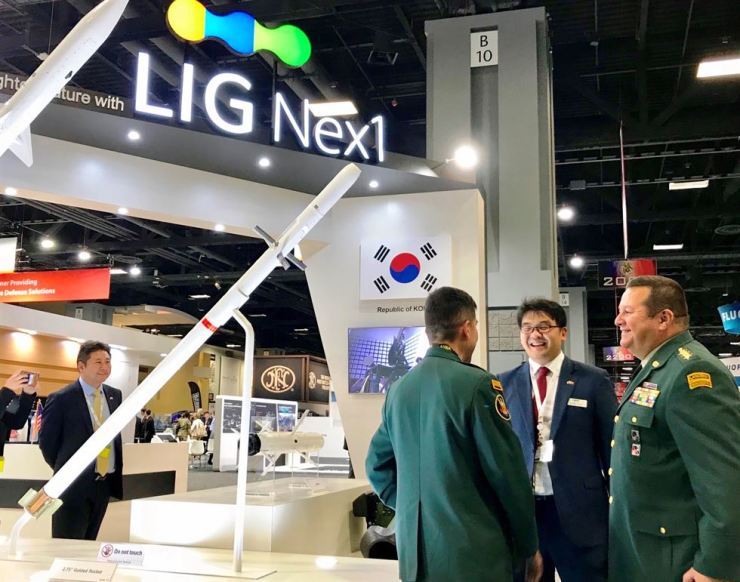U.S. military officials visit a promotion booth of LIG Nex1, the Seoul-based defense firm, on the sidelines of the ASUA 2018 defense tradeshow, Tuesday (local time) in Washington D.C. / Courtesy of LIG Nex1
