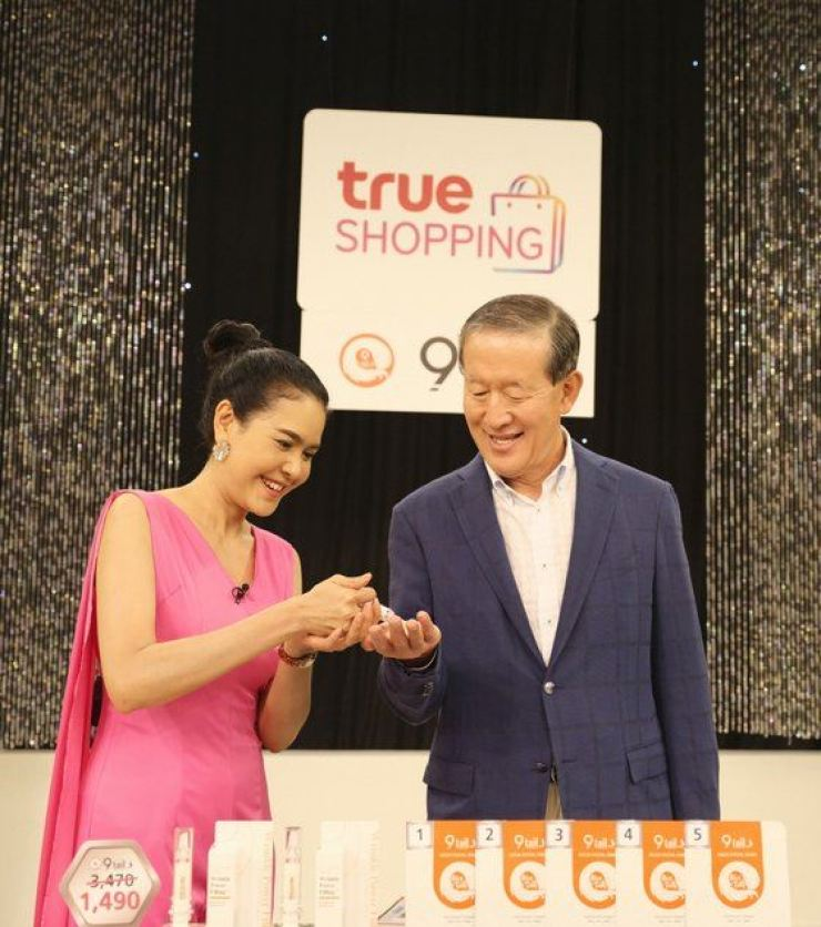 GS Group Chairman Huh Chang-soo tests a wrinkle cream made by a small Korean company, Thursday, during his visit to a studio of True GS, a joint venture established by GS Home Shopping and Thai companies in Thailand in 2011. / Courtesy of GS Group