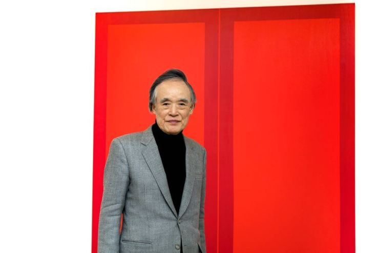 Yoo Hee-young poses for a photo in front of his painting on view at Gallery Hyundai in central Seoul. Courtesy of Gallery Hyundai