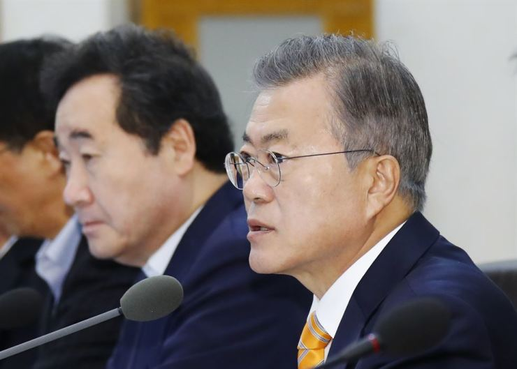 President Moon Jae-in holds a Cabinet meeting, Oct. 23. The President is coming under criticism for his lack of interest in the economy. Yonhap