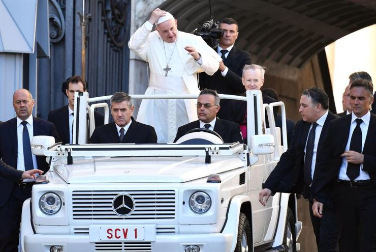 Pope Francis arrives to lead the weekly general audience in Saint Peter's Square, Vatican City, Oct. 10. EPA-Yonhap