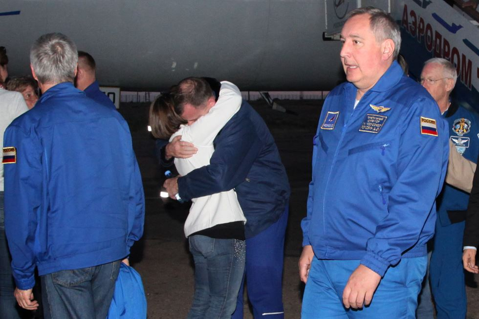 Specialists and rescuers gather near the Soyuz capsule transporting U.S. astronaut Nick Hague and Russian cosmonaut Alexei Ovchinin, after it made an emergency landing following a failure of its booster rockets, near the city of Zhezkazgan in central Kazakhstan October 11, 2018. REUTERS-Yonhap