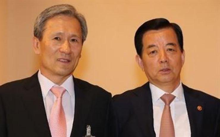 Former Defense Ministers Kim Kwan-jin and Han Min-koo