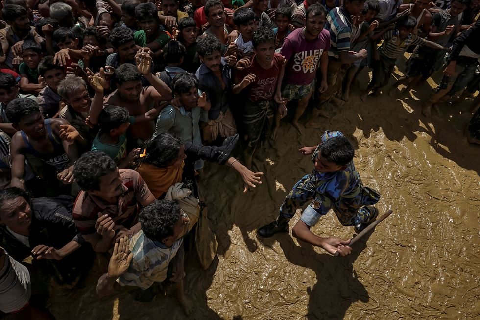 Rohingya refugees walk along an embankment next to paddy fields after fleeing from Myanmar into Palang Khali, near Cox's Bazar, Bangladesh, November 2, 2017. REUTERS-Yonhap