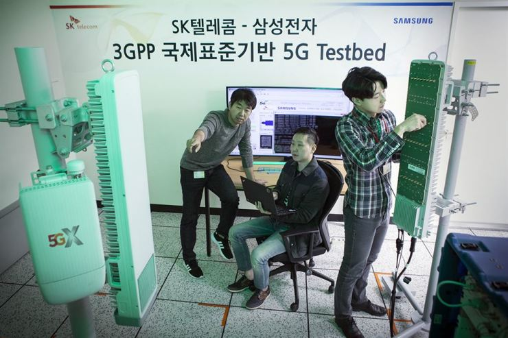 Technicians of SK Telecom and Samsung Electronics check fifth-generation (5G) network equipment before making the first 5G call at SK Telecom's 5G test facility in Seongnam, Gyeonggi Province, Monday. / Courtesy of SK Telecom
