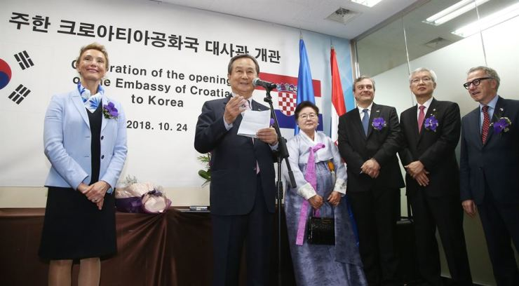 Former Samsung Engineering Vice Chairman Yang In-mo, second from left, speaks after receiving an order of merit from Croatian Deputy Prime Minister and Foreign Minister Marija Pejcinovic Buric, left, during the opening ceremony for the Croatian Embassy in Jung-gu, Seoul, Oct. 24. / Courtesy of Embassy of Croatia in Korea