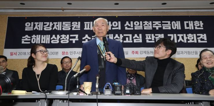 Lee Chun-sik talks at a press conference held at the office of Lawyers for a Democratic Society, near the Supreme Court in southern Seoul, after winning his compensation suit against Nippon Steel for forced labor during Japan's colonial rule of Korea. / Yonhap