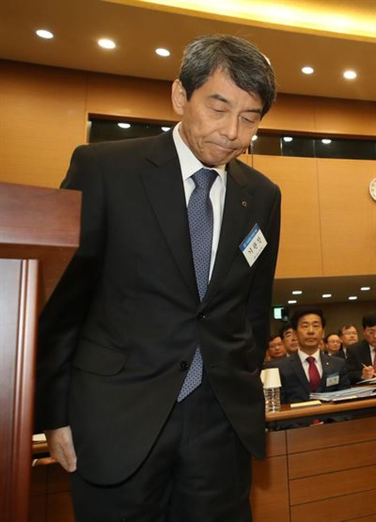 Korea Development Bank Chairman Lee Dong-gull bows at the beginning of a National Assembly audit of state-run banks at Industrial Bank of Korea headquarters in Seoul, Monday. Yonhap