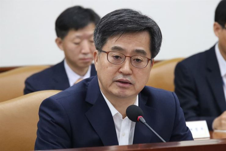 Finance Minister Kim Dong-yeon speaks in an economy-related ministers meeting in Seoul, Tuesday. / Yonhap