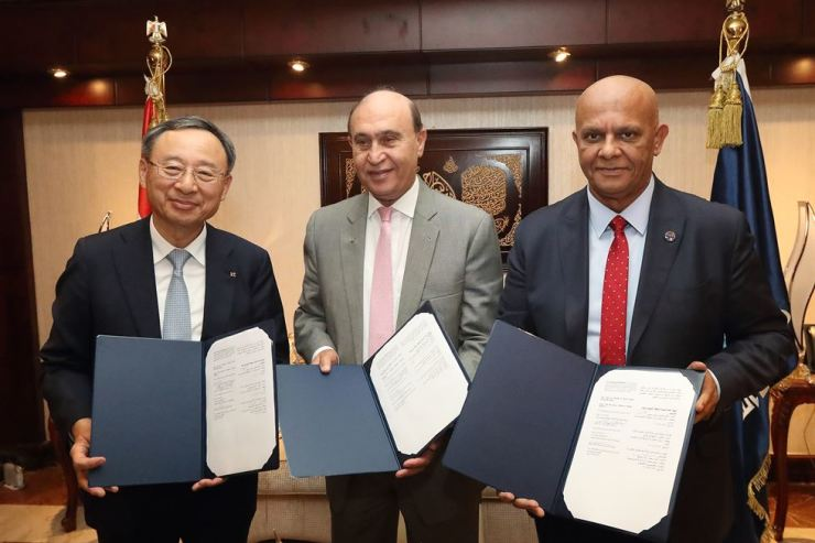 KT Chairman Hwang Chang-gyu, left, Suez Canal Authority (SCA) Chairman Mohab Mameesh, center, and Giga Global Telecom & Technology Chairman Mohamed Roushdy hold a memorandum of understanding at the SCA in Egypt, Monday. Under the MOU, the Korean telecom company will establish ICT infrastructure in the Suez Canal economic zone. / Courtesy of KT