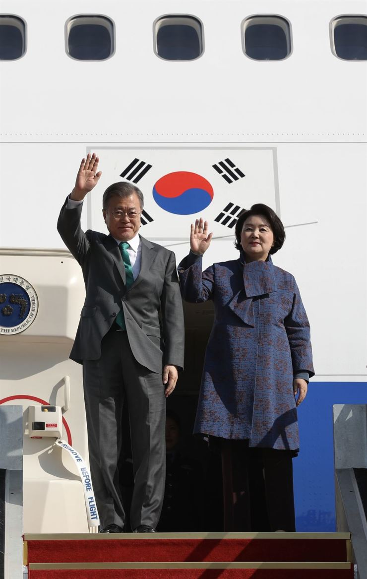President Moon Jae-in and first lady Kim Jung-sook wave after returning from their five-nation European tour at a military base in Seongnam, Sunday. Cheong Wa Dae assessed that Moon's visit to France, Italy, the Vatican, Belgium and Denmark helped raise issue about easing international sanctions on North Korea. Yonhap