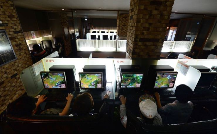 Young boys play an online game at a PC cafe in Seoul. / Korea Times file