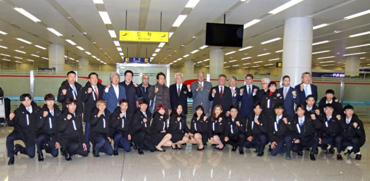 World Taekwondo President Choue Chung-won and the demonstration team are all smiles at Sunan International Airport in Pyongyang, Tuesday. Courtesy of World Taekwondo