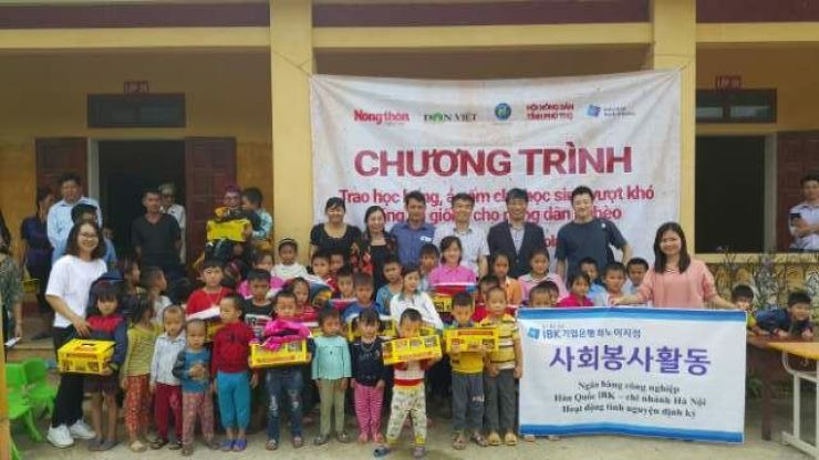 Global Friends leader Choi Kyou-taek, third from right in the back row, stands together with volunteer workers and students at the Xuan Son Elementary and Middle School in Phu Tho Province, Vietnam, Oct. 11. Workers of the Industrial Bank of Korea Hanoi office also participated in the charity group's volunteer activity this year. / Courtesy of Global Friends