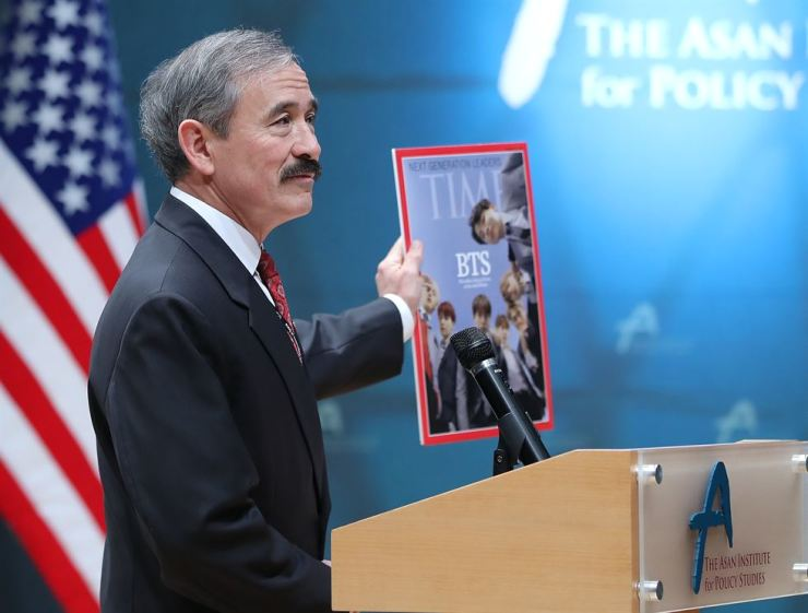 U.S. Ambassador to South Korea Harry Harris introduces an edition of Time Magazine at the Asan Institute for Policy Studies in Seoul, Wednesday, which features Korean boy band BTS on its cover. During his keynote speech, Harris urged South Korea to focus more on its alliance with the U.S. by having a 'common voice' rather than putting priority on improving inter-Korean relations to denuclearize North Korea. / Yonhap