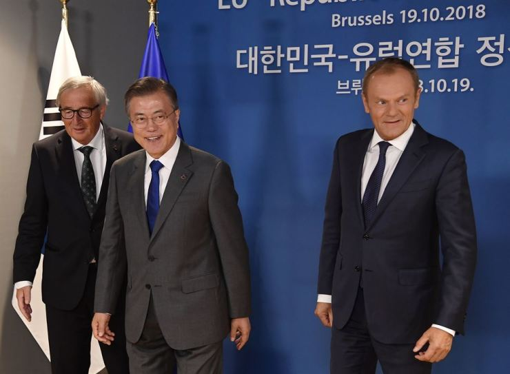 European Commission President Jean-Claude Juncker, left, and European Union Council President Donald Tusk, right, greet South Korea's President Moon Jae-in during the EU-ASEM leaders summit in Brussels, Friday, Oct. 19, 2018. AP-Yonhap