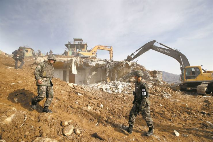A South Korean guard post in the border country of Cheorwon, Gangwon Province, is demolished, Thursday. The two Koreas will destroy 10 guard posts near the border area on each side by the end of this month. / Joint Press Corps