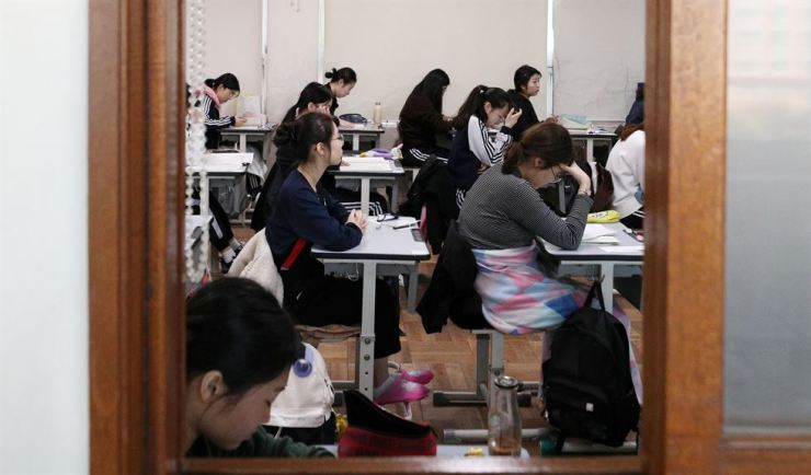 Students prepare to take the College Scholastic Aptitude Test at Busan JungAng Girls' High School on Nov. 15. Yonhap