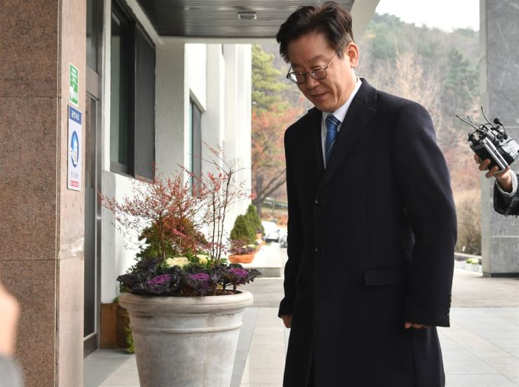 Gyeonggi Province Governor Lee Jae-myung enters his office in Suwon, Gyeonggi Province, Tuesday. Prosecutors searched the office to find evidence of allegations that his wife spread false information about his political opponents through a Twitter account. / Yonhap