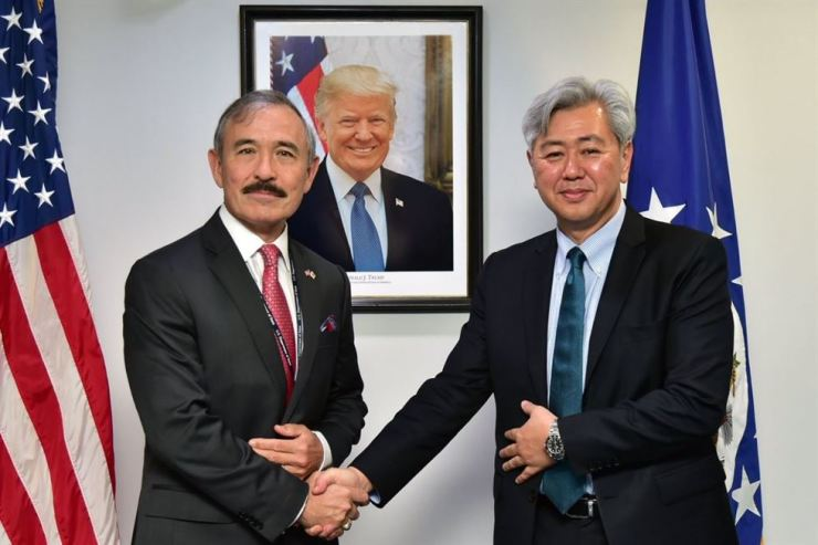 Harry Harris, left, U.S. Ambassador to South Korea and Andrew Kim, head of the U.S. Central Intelligence Agency (CIA), at the U.S. Embassy in Seoul in July. / Korea Times file
