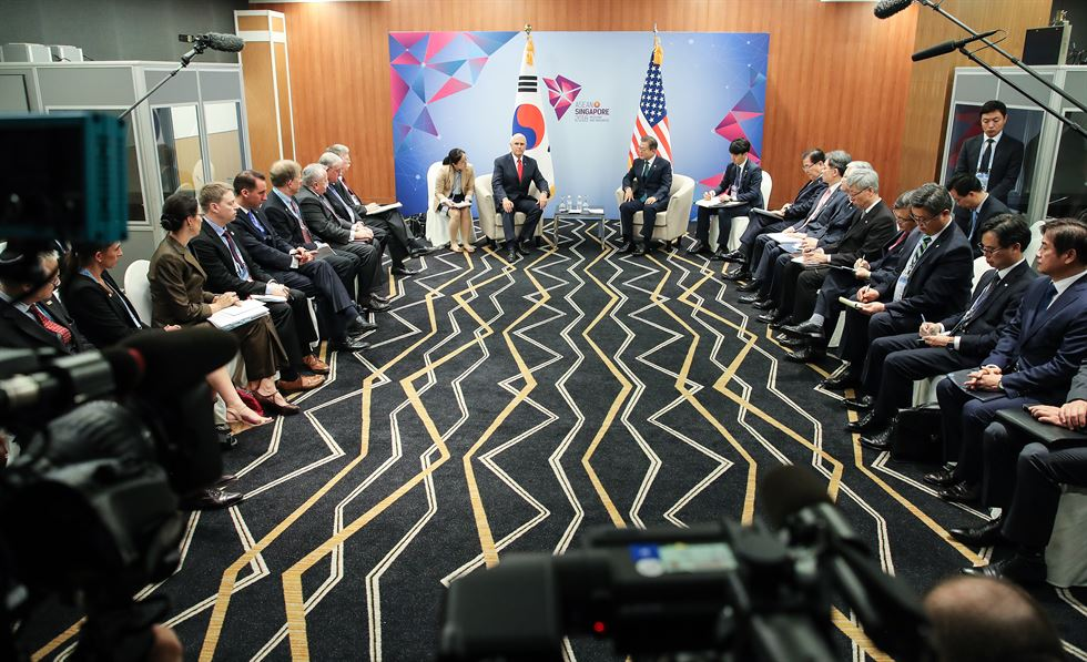 U.S. Vice President Mike Pence and South Korean President Moon Jae-in meet at the Suntec Singapore Convention and Exhibition Center on the sidelines of the annual ASEAN Summit in Singapore, Thursday. Yonhap