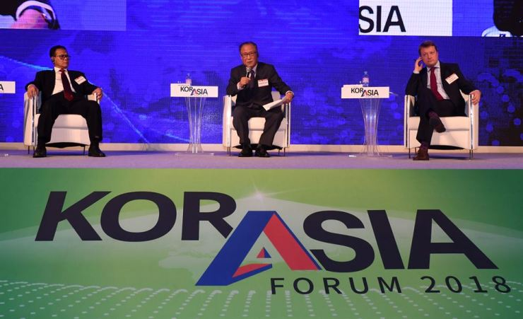 Former Unification Minister Jeong Se-hyun, center, moderates a special session of the KOR-ASIA Forum 2018 co-hosted by The Korea Times and its sister paper the Hankook Ilbo in Seoul, Wednesday. He was joined by former Indonesian Maritime Affairs and Fisheries Minister Rokhmin Dahuri, left and Timofei Bordachev, right, program director of the Moscow-based think tank the Valdai Club Foundation. / Korea Times photo by Hong In-ki