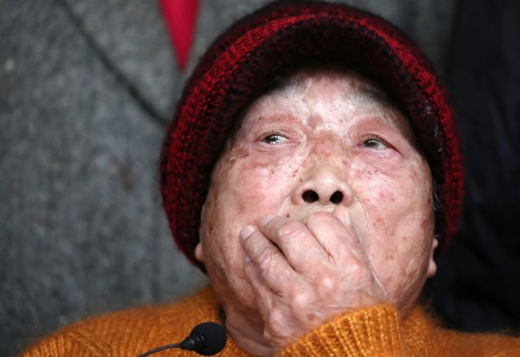 Kim Sung-ju, a forced laborer at the Korean Women's Volunteer Labor Corps during World War II, speaks to journalists in front of the Supreme Court in Seocho-gu, Seoul, Thursday. The country's top court ruled in favor of her and other victims from the camp, ordering Mitsubishi Heavy Industries to compensate them. Yonhap