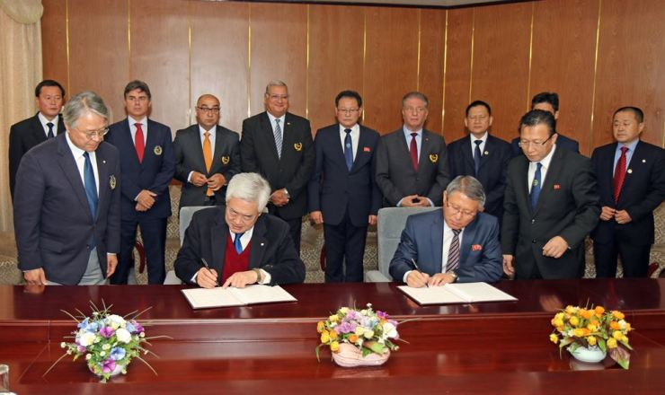 World Taekwondo President Choue Chung-won, left, and International Taekwondo Federation President Ri Yong-son sign the agreement for the integration of taekwondo, in Pyongyang, Friday. Courtesy of World Taekwondo