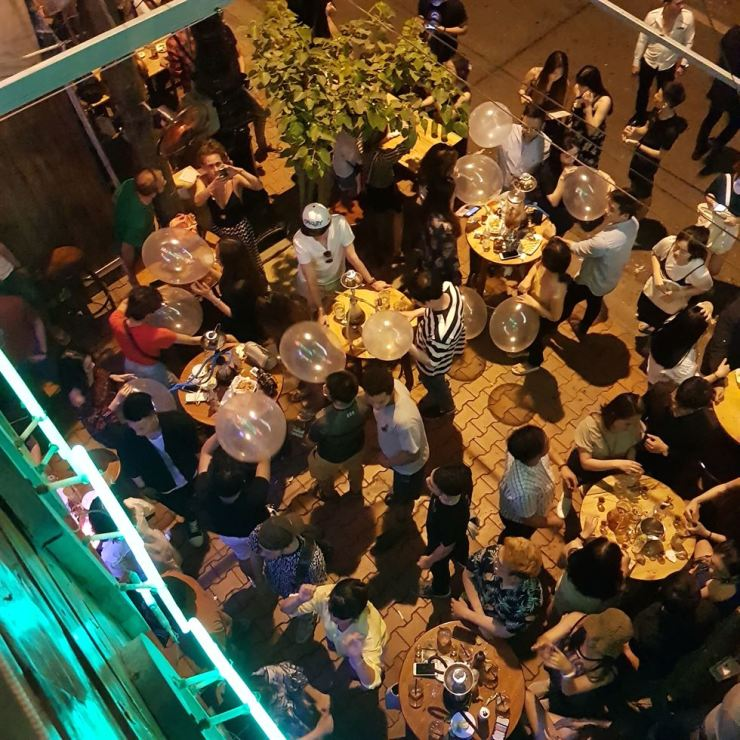 A pub in Da Nang, Vietnam is packed with Korean tourists and other customers. Photo from Hankook Ilbo