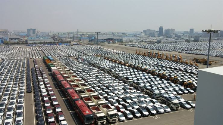 Vehicles are lined up for export at Pyeongtaek Port in Gyeonggi Province, in this file photo. / Korea Times file