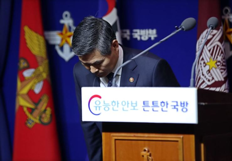 Defense Minister Jeong Kyeong-doo bows during a nationally-televised press conference at the ministry, Wednesday, to apologize for rape and other sexual crimes committed by soldiers against women during the crackdown on the pro-democracy movement in Gwangju in 1980. Yonhap