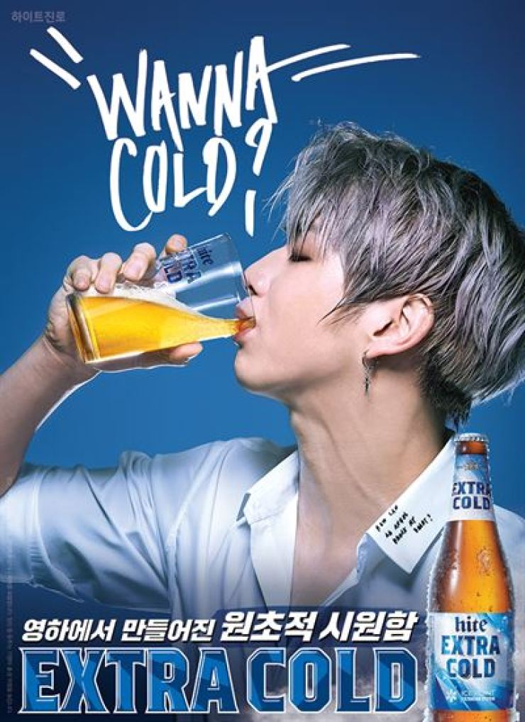 K-pop boy band Wanna One's Kang Daniel drinks HiteJinro's Extra Cold pale lager in this ad. The government plans to ban ads showing celebrities drinking alcoholic beverages. / Courtesy of HiteJinro