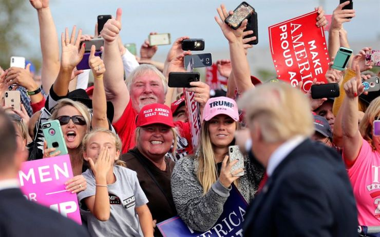 Supporters applaud U.S. President Donald Trump as he arrives to attend a campaign rally at Middle Georgia Regional Airport in Macon, Georgia, U.S., November 4, 2018. REUTERS-Yonhap