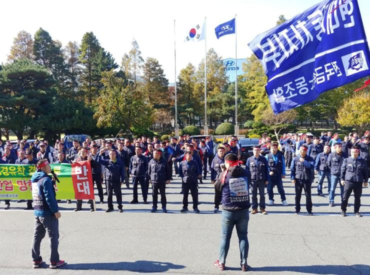 Members of Hyundai Motor union stage a rally at the company's plant in Ulsan, Wednesday, opposing the carmaker's participation in a project to set up a plant and create jobs in Gwangju. / Courtesy of Hyundai Motor union