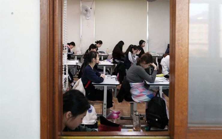 Test takers wait for the beginning of the 2018 College Scholastic Ability Test (CSAT) at Jungang Girls' High School in Dongrae, Busan, Thursday. Yonhap