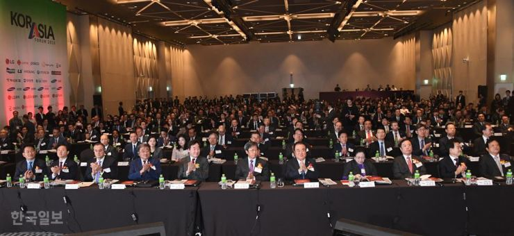 The KOR-ASIA Forum 2018 hosted by the Hankook Ilbo and The Korea Times kicks off at the Dragon City Hotel in Seoul, Wednesday. From third from left are former Mongolian President Punsalmaa Ochirbat, Prime Minister Lee Nak-yon, Korea Times and Hankook Ilbo Chairman Seung Myung-ho, National Assembly Speaker Moon Hee-sang and former Indonesian President Megawati Soekarnoputri. /Korea Times photo by Oh Dae-geun