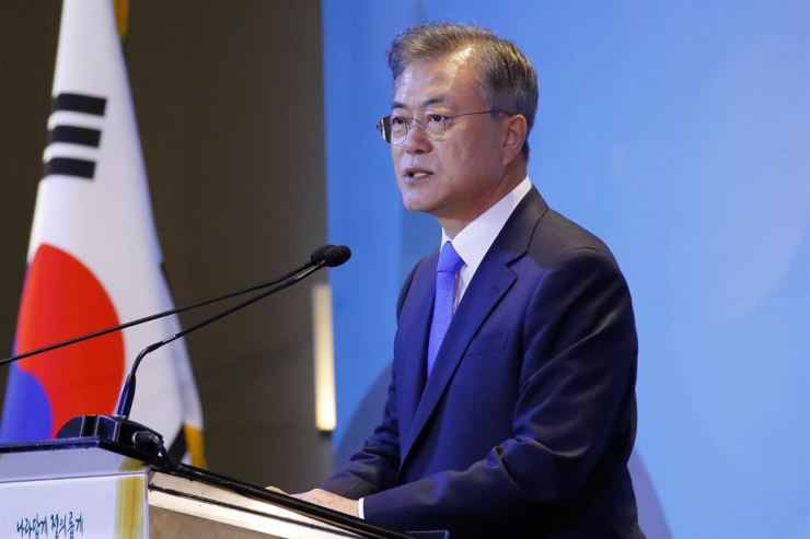 President Moon Jae-in delivers a speech before the start of a dinner meeting with South Korean residents living in Argentina at a hotel in Buenos Aires, Friday (KST). Yonhap