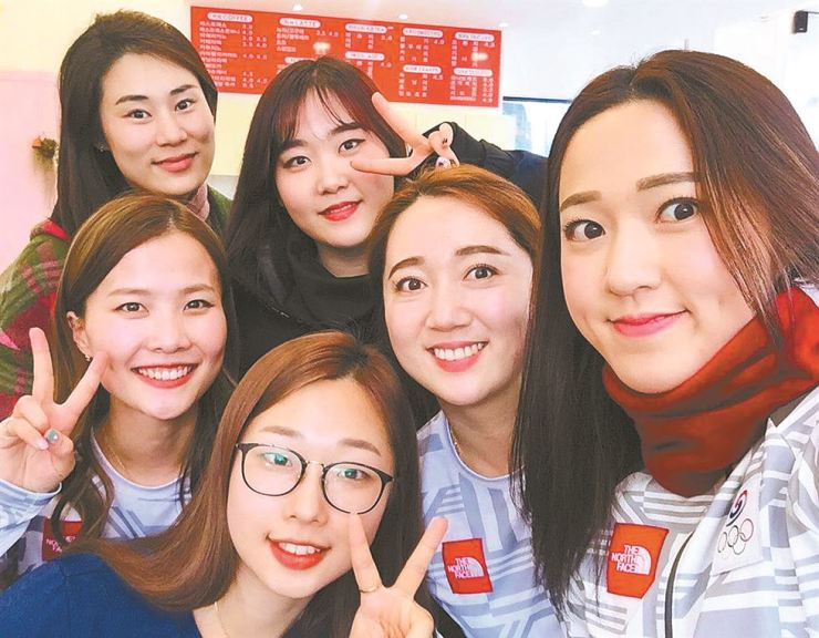The South Korean women's curling team at the 2018 PyeongChang Olympics takes a photo at a cafe in southern city of Daegu in this Feb. 27 file photo. Clockwise from top left are head coach Kim Min-jung, platers Kim Cho-hee, Kim Yeong-mi, Kim Kyeong-ae, Kim Seon-yeoung and Kim Eun-jung. Yonhap