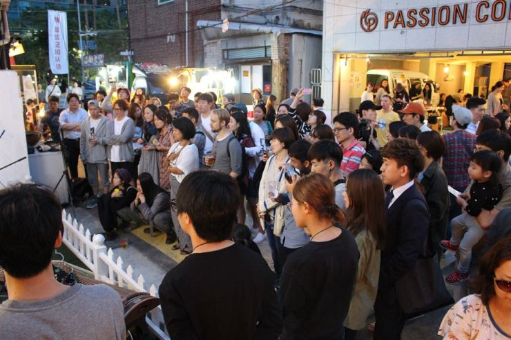 Do buskers have to get a license to play copyrighted songs in public? / Korea Times file