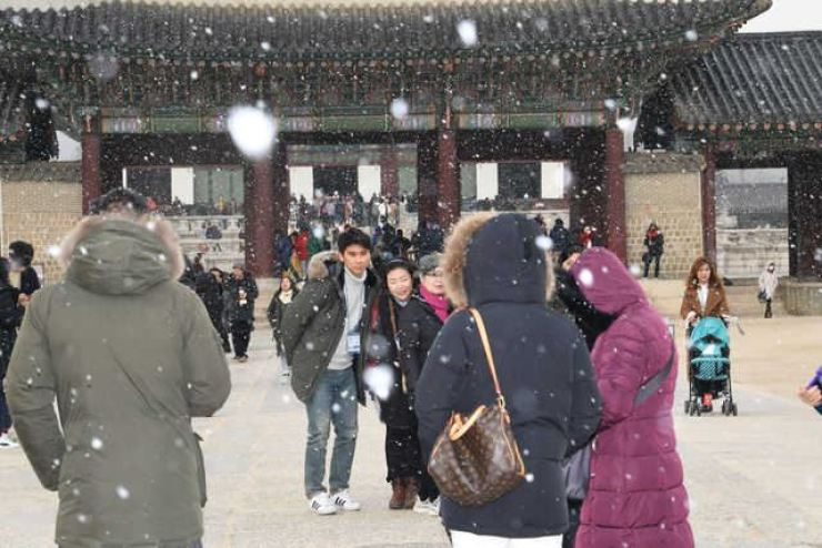 The first snow of the 2017 season falls at Gyeongbokgung Palace on Nov. 20. Korea Times file