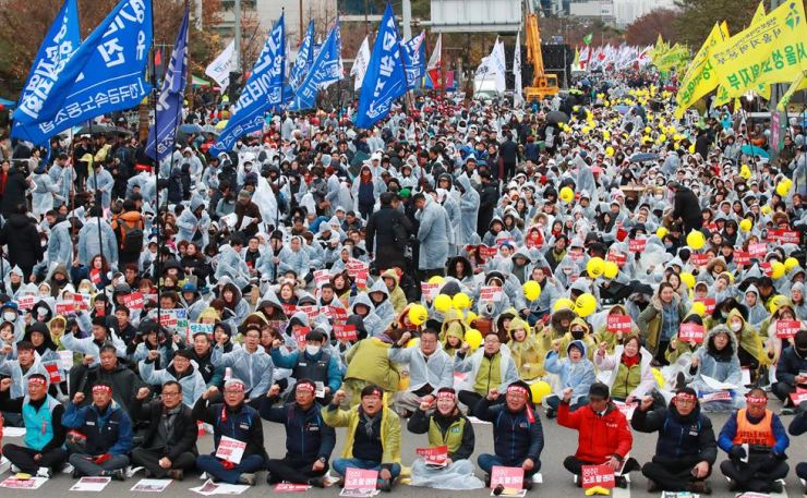 Members of the Korean Confederation of Trade Unions chant slogans in their one-day general strike in front of the National Assembly, Yeouido, Seoul, in protest against the government's plan to expand the flexible work hour system, Wednesday.