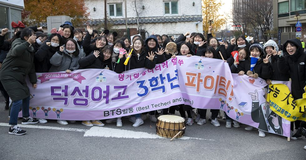 Students from Duksung Girls' High School in Jongno-gu, Seoul, cheer their senior peers and display banners bearing encouraging messages in front of Ewha Girls' Foreign Language High School in Jung-gu, Seoul, Thursday, where third-grade high school students sat the annual College Scholastic Ability Test. Korea Times photos by Shim Hyun-chul